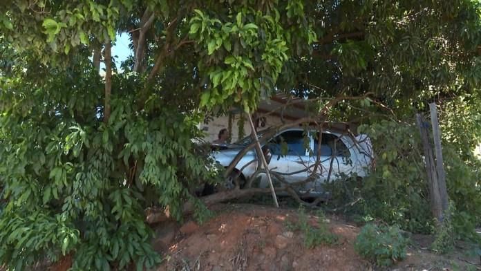 Carro desceu ladeira e invadiu quintal em Cachoeiro de Itapemirim