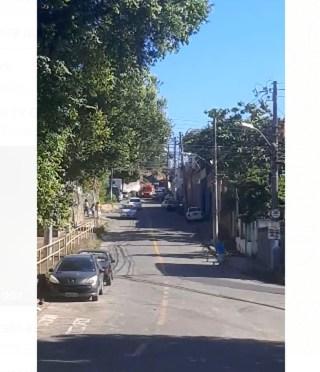 Ambulância atende chamado em rua do bairro Santo Antônio, em Vitória, onde teria acontecido explosão