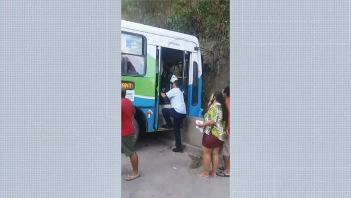 Ônibus do Transcol bateu dentro do Terminal de Itacibá, em Cariacica