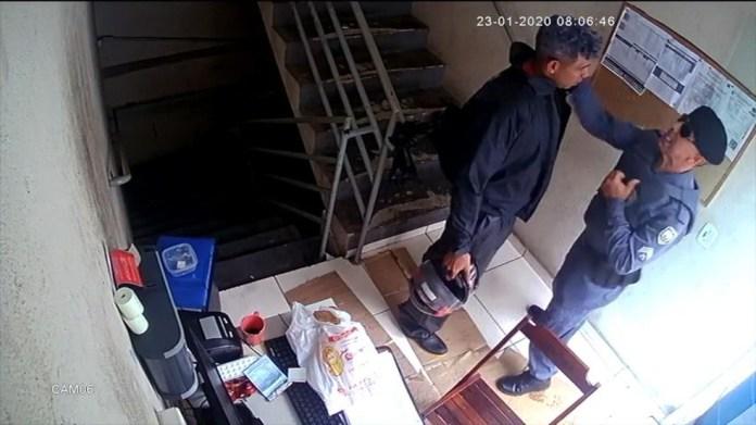 Policial deu tapa na cara do frentista e apontou a arma para ele