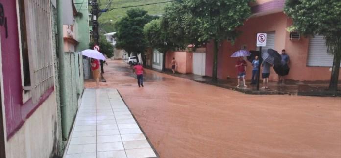 Ruas e casas ficaram alagadas em Menino Jesus, distrito de Muniz Freire
