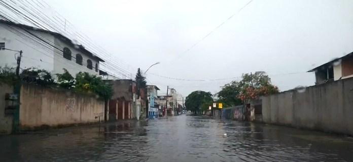 Chuva provocou alagamentos em ruas próximas ao Terminal de Vila Velha