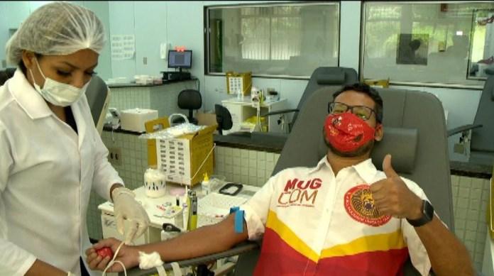 Integrante da escola de samba Mocidade Unida da Glória (MUG) doa sangue no Hemocentro do ES