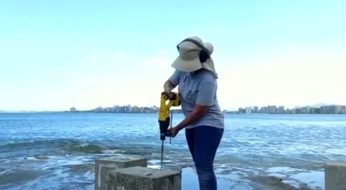 Pesquisadora trabalha em experimento em Guarapari — Foto: Reprodução/TV Globo