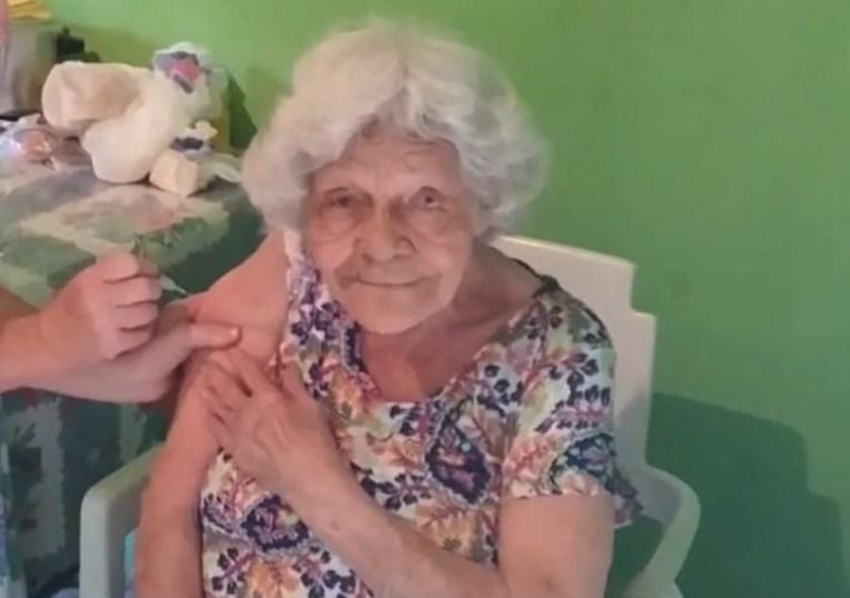Dona Palmerina da Conceição Souto, de 93 anos, vacinada por equipe de saúde que atravessou córrego para chegar à casa dela