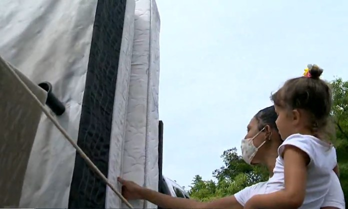 Moradora de Vitória recebe móveis doados pelo papa-móveis