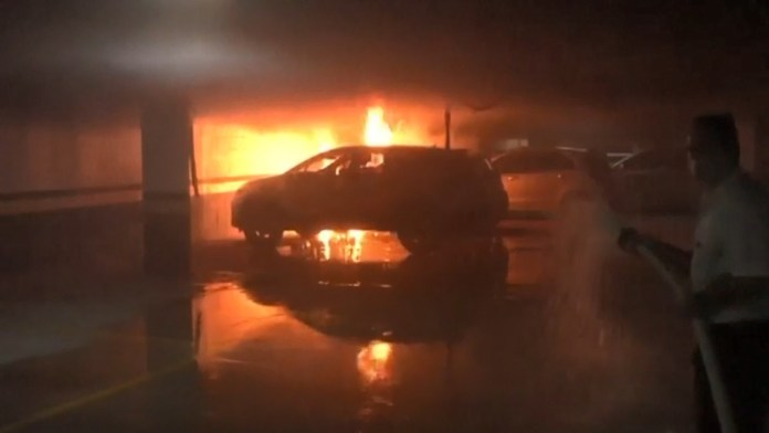 Carro pegou fogo dentro de garagem de prédio na Praia do Canto, em Vitória