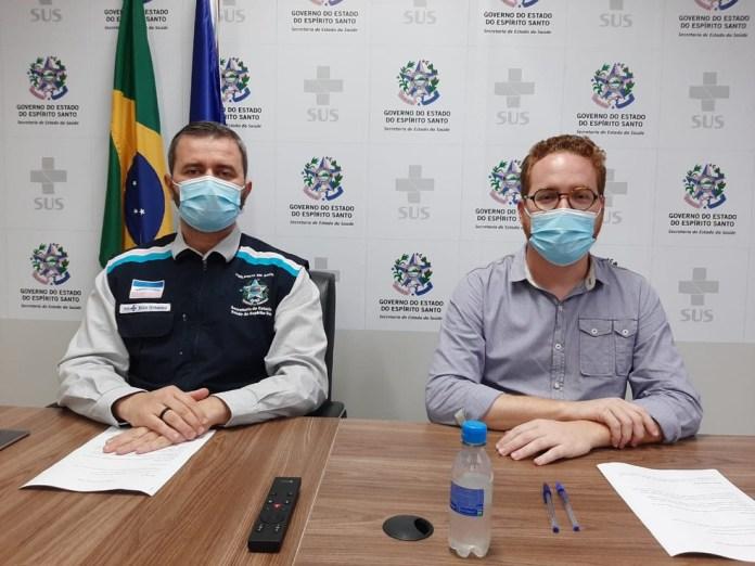 Secretário da saúde do ES, Nésio Fernandes, e secretário de Educação do ES, Vitor De Angelo, em coletiva de imprensa neste domingo (14). — Foto: Divulgação/Sesa ES