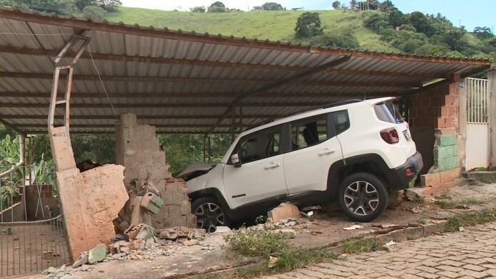 Carro perdeu controle e invadiu casa em Cachoeiro de Itapemirim