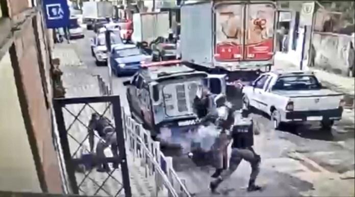 Vídeo mostra momento em que inspetor penitenciário atira em preso que tenta fugir no ES — Foto: Reprodução/ videomonitoramento