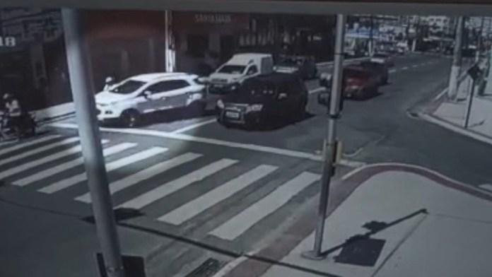 Motorista e motociclista brigaram no Centro de Guarapari e motorista jogou o carro para cima da moto