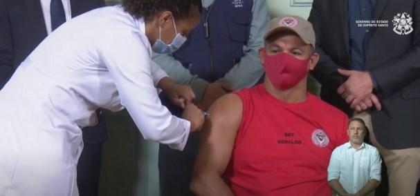 Representante do Corpo de Bombeiros foi vacinado contra Covid-19 — Foto: Reprodução/YouTube