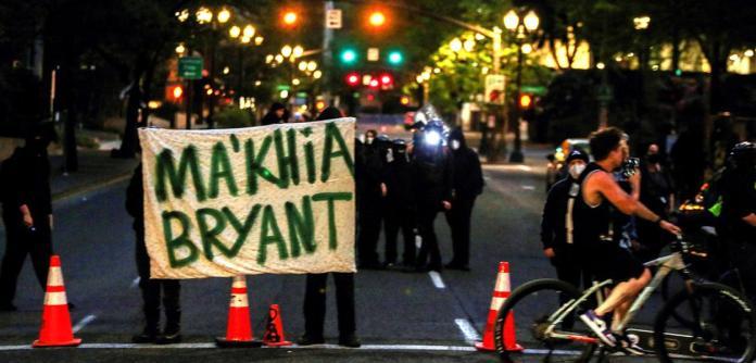 Manifestantes seguram homenagem a Ma'Khia Bryant, adolescente negra que estava com uma faca e foi morta a tiros por um policial em Columbus (EUA)