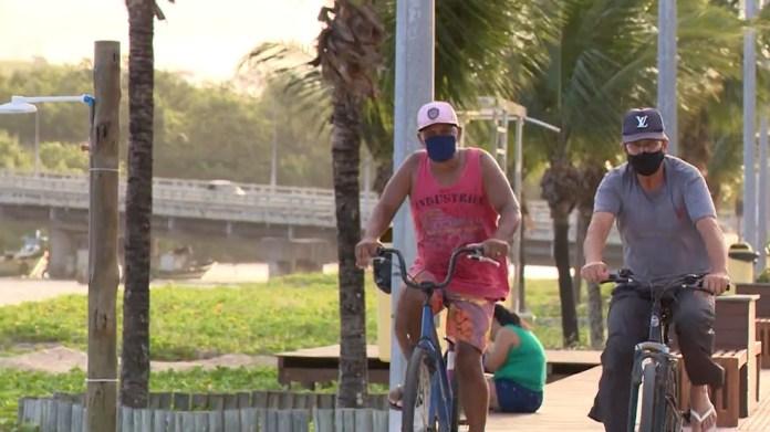 Moradores de Anchieta, ES, usam máscara ao andar de bicicleta na cidade
