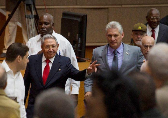 Raúl Castro e Miguel Díaz-Canel durante sessão da Assembleia Nacional cubana, em Havana 18/04/2018 Irene Perez/Cortesia de Cubadebate/Divulgação via Reuters
