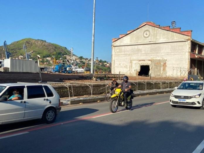 Estrutura de obra do Porto de Vitória caiu sobre a ciclovia na Avenida Beira- Mar, em Vitória — Foto: Kaique Dias/TV Gazeta