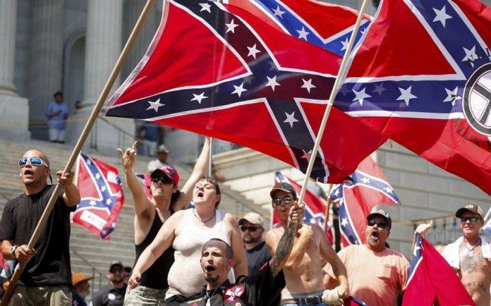 Supremacistas brancos em ação, exemplo de racismo e violação dos direitos humanos nos EUA