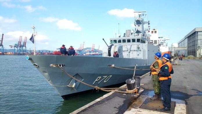 Navio-Patrulha Macaé foi enviado para as buscas da embarcação pesqueira no Espírito Santo — Foto: G1 Santos