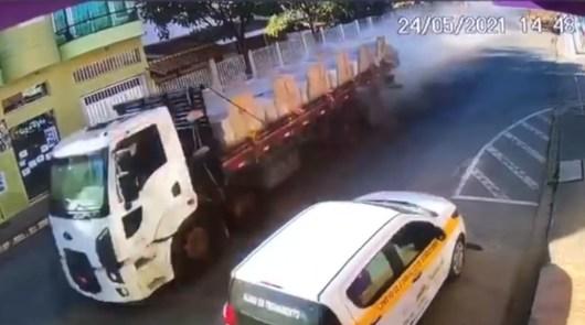 Caminhão perde o freio e desce serra desgovernado em Mantenópolis