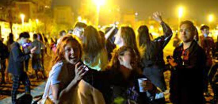 Espanhóis comemoram fim do toque de recolher