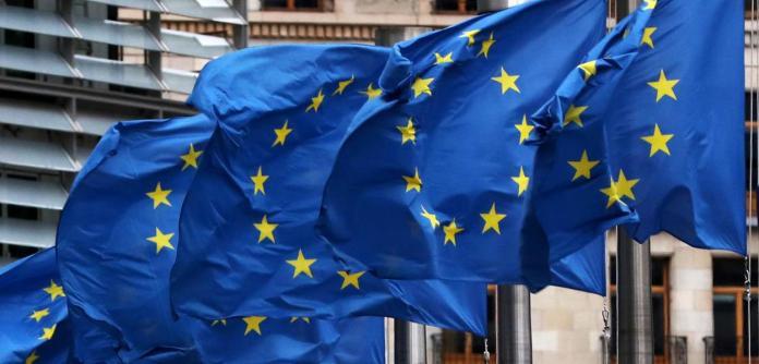 Bandeiras da União Europeia na sede da Comissão Europeia em Bruxelas, na Bélgica