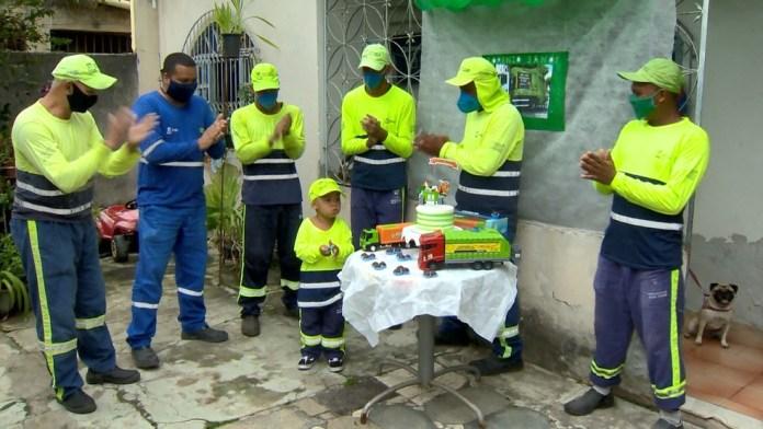 Família adiou dia da comemoração para ter presença de coletores de lixo, no ES — Foto: Ari Melo/ TV Gazeta