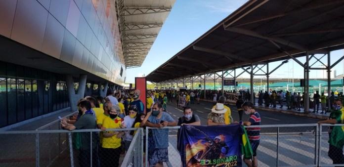 Apoiadores aguardam chegada de Bolsonaro no Aeroporto de Vitória — Foto: Luiza Marcondes/G1