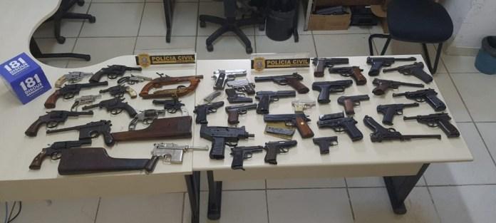 Muitos revólveres sem porte legal foram apreendidas na casa de ex-militar do Exército em Cachoeiro de Itapemirim — Foto: Divulgação/Polícia Civil