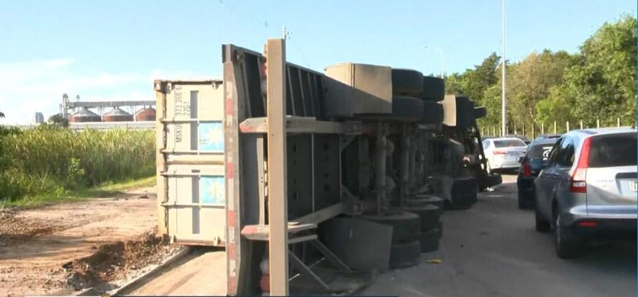 Carreta com pedra de gratino tombou na Rodovia Leste-Oeste