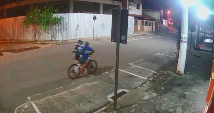 Suspeitos aparecem fugindo com bicicleta furtada em Vila Velha
