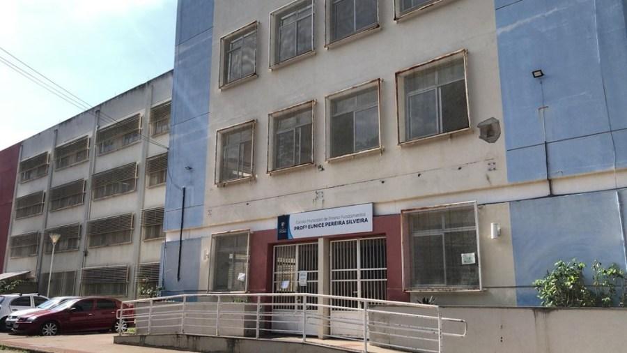 Escola onde criança foi amarrada em cadeira em Vitória — Foto: Diony Silva/ TV Gazeta