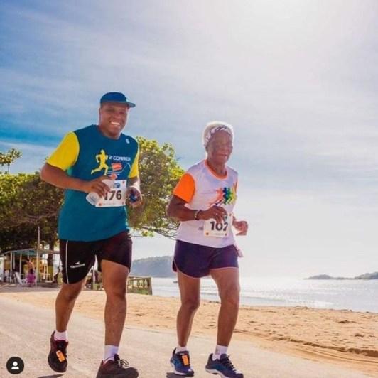 Adelmira Adão, de 94 anos, corre ao lado do neto, David Adão, de 40 anos. — Foto: Arquivo pessoal | Reprodução