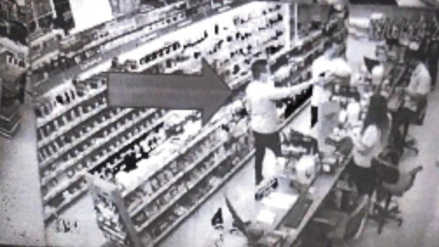 Imagem das câmeras de segurança flagraram momento em que médico aponta arma para atendente em Vitória — Foto: TV Gazeta