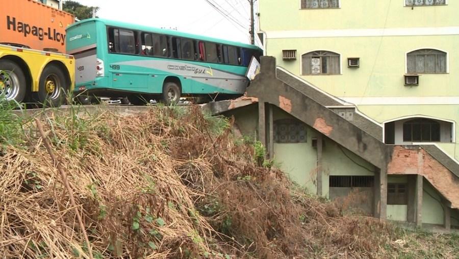 Motorista bateu em prédio e ônibus ficou pendurado num barranco em Cachoeiro de Itapemirim