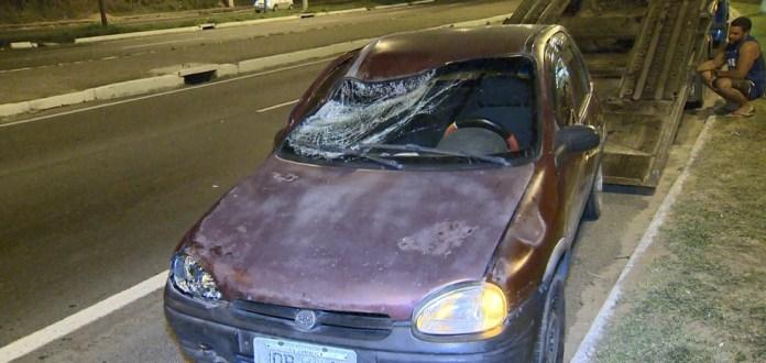 Após ser atingido por caminhão, carro invadiu canteiro e atropelou duas pessoas na BR-262