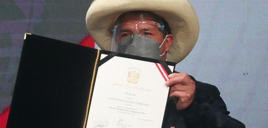 Presidente eleito Castillo mostra credenciais fornecidas por autoridade eleitoral declarando-o vitorioso na eleição presidencial do Peru