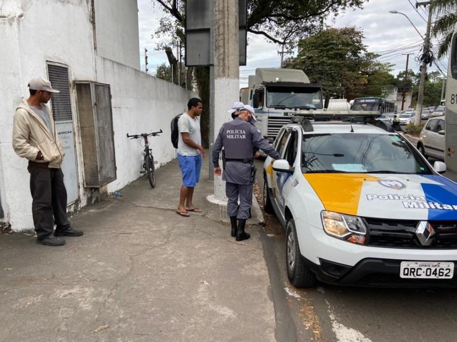 Policiais militares estiveram no local do acidente — Foto: Kaíque Dias/TV Gazeta