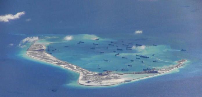 Navios chineses em um recife das ilhas Spratly