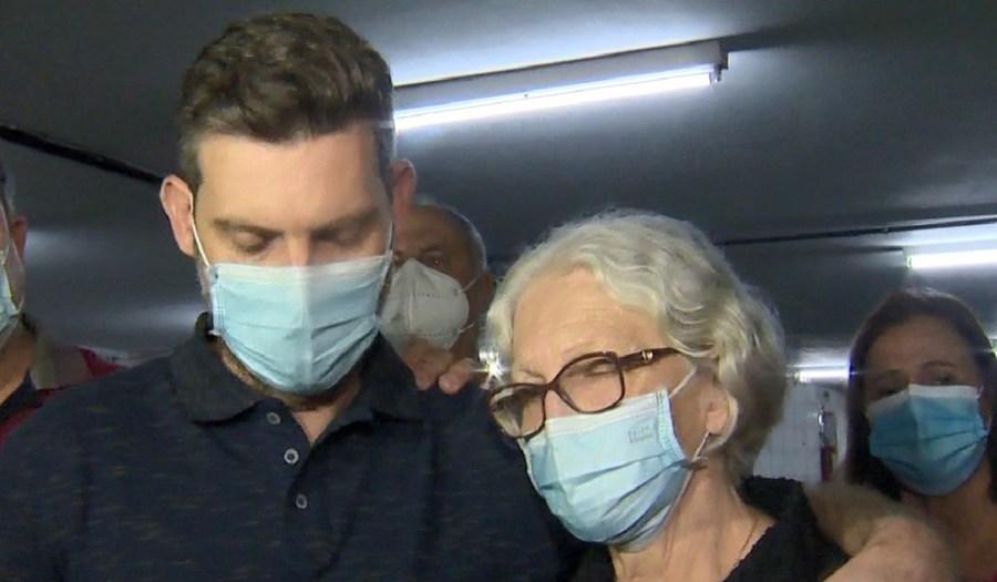 Irmão e mãe de Milena Gottardi após condenação de réus no ES — Foto: Reprodução/ TV Gazeta