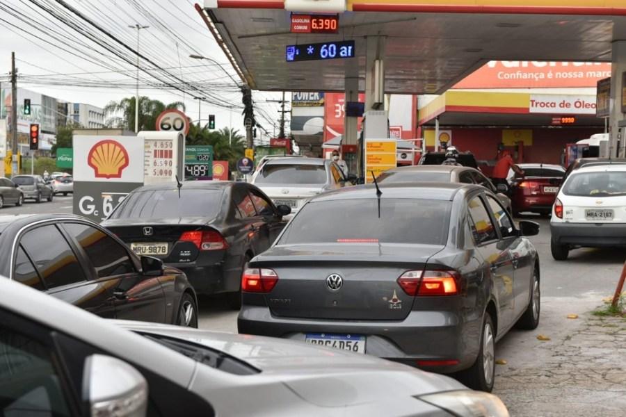 Fila para abastecimento em Campo Grande, em Cariacica, na manhã desta quinta-feira (9) — Foto: Fernando Madeira/Rede Gazeta