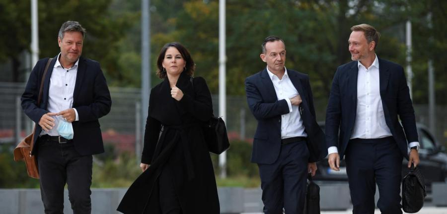Líderes dos Verdes e do FDP chegam a encontro com SPD para negociações sobre a formação de uma coalizão de governo na Alemanha