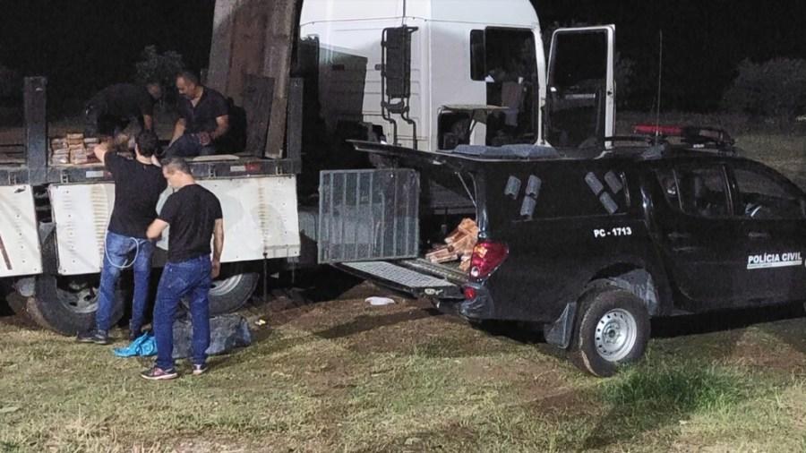 Policiais recolhem tabletes de cocaína que foram apreendidos em carreta em Cachoeiro de Itapemirim