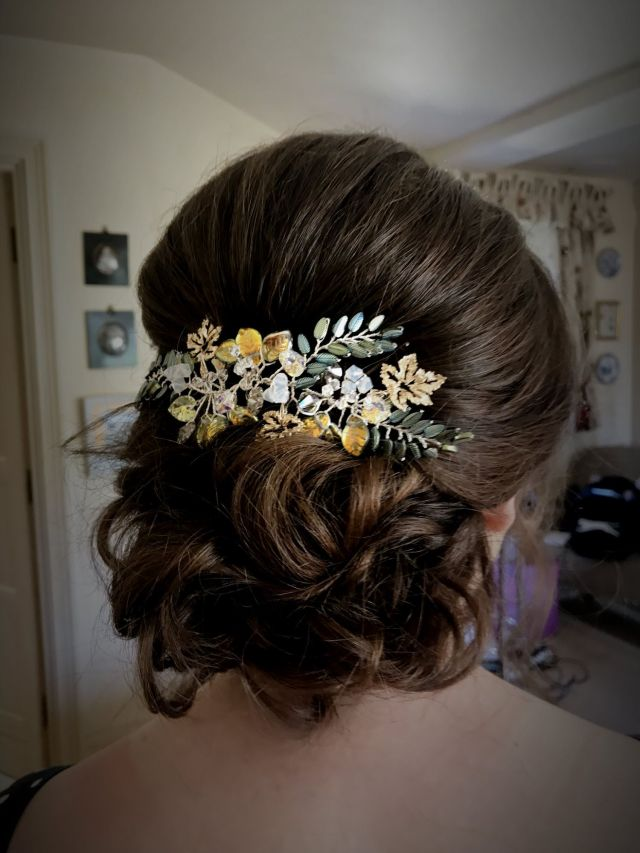 cotswold bridal hair stylist offering a bespoke wedding hair