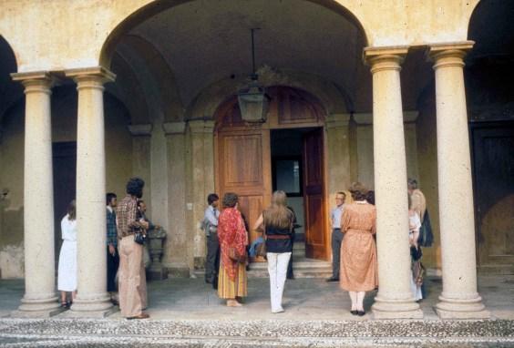 1979. Lecture by Count Panza di Biumo (centre) on his collection at Villa Menofoglio, Varese, Italy. Edinburgh Arts 1979.