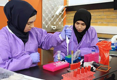 Laila Sareini, left, and her lab partner, Zahraa Alhabib, perform research in the SEA-PHAGES course.