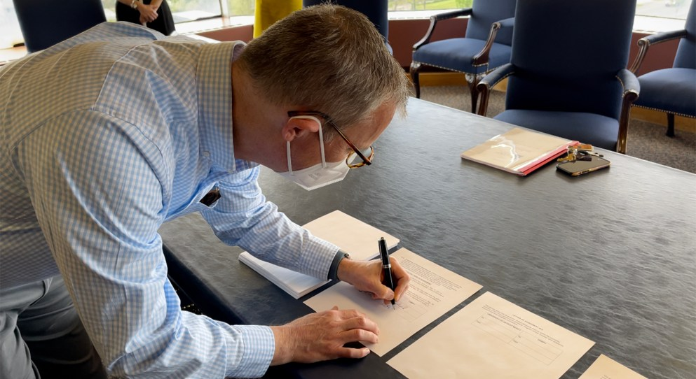 Member of the UDMPU signs contract.
