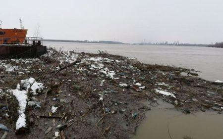 Deșeuri pe Dunăre la Galați