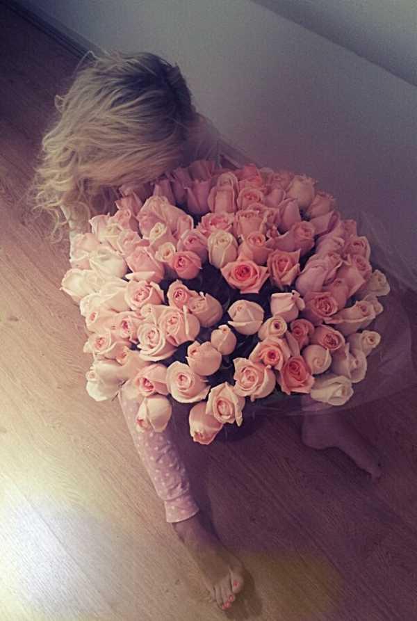 Фото девушка с цветами на кровати – Фото девушек без лица ...
