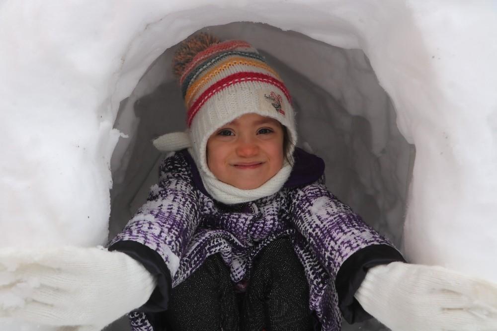 Kar eğlencesi kısıtlamayı unutturdu, Sivaslılar doyasıya eğlendi