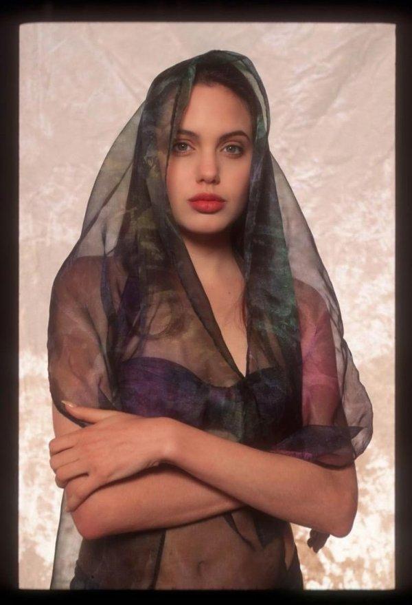 Редкие кадры из фотосессии 16-летней Анджелины Джоли в ...